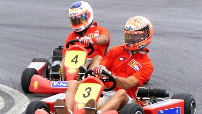 Schumacher yang mengawali kariernya dengan Go-Kart tak pernah meninggalkan ajang tersebut. Ketika merayakan gelar juara dunia pertamanya, ia pun bermain Go-Kart bersama Rubens Barichello. (AFP PHOTO/Stephen SHAVER)