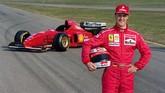 Schumacher ketika berpose pertama kali dengan Ferrari. Saat itu Ferrari merekrut Schumacher dengan memberikan tawaran gaji mahal yaitu US$30 juta per tahun. Ferrari merasa Schumacher bisa mengangkat mereka dari masa-masa keterpurukan. (AFP PHOTO / GERARD JULIEN)