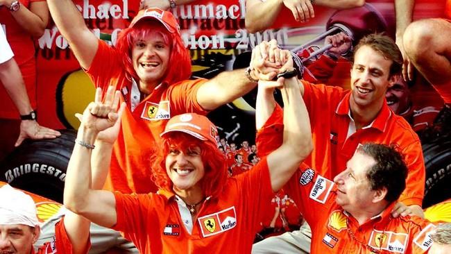 Pada musim 2000, Schumacher akhirnya mengakhiri paceklik gelar Ferrari dengan menggondol gelar juara dunia. Sebelumnya, terakhir kali Ferrari mendapat juara dunia adalah pada 1979. (AFP PHOTO/Jimin LAI)