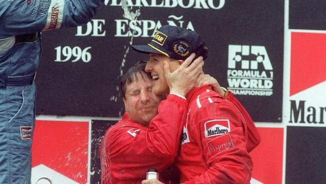 Schumacher merayakan kemenangan pertamanya bersama Ferrari di GP Katalonia. Di musim pertamanya bersama Ferrari, Schumacher hanya mendapatkan tiga kemenangan karena saat itu mobil Ferrari tak bisa bersaing dengan yang terbaik. (AFP PHOTO / ERIC CABANIS)