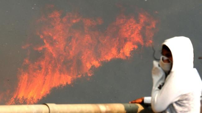 Aleuy meminta warga mengambil peran aktif untuk mencegah kebakaran lanjutan akibat masalah sampah ini. (Reuters/Rodrigo Garrido)