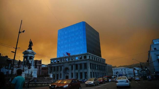 Valparaiso merupakan kota pelabuhan dengan penduduk 1 juta orang, distrik urban terbesar kedua di Chile. Terletak di lereng bukti yang dikelilingi tumbuhan pinus, struktur kota Valparaiso memang rentan kebakaran. (Reuters/Rodrigo Garrido)