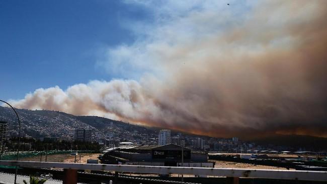 Otoritas setempat melaporkan, api itu berasal dari sebuah kelab nelayan di Valparaiso. Kobaran api itu menyebar akibat angin dan tingginya suhu udara. (Reuters/Rodrigo Garrido)