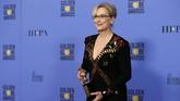 Piala Golden Globes 2017 spesial, diberikan kepada Meryl Streep. Ia diberi penghargaan Cecl B. DeMille yang ditujukan kepada sosok yang sangat berkontribusi di dunia perfilman. Streep menyampaikan pidato nan menggugah. (REUTERS/Mario Anzuoni)