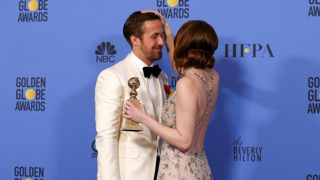 Chemistry yang kuat antara Emma Stone dan Ryan Gosling membuat La La Land menyapu bersih tujuh nominasi yang ia dapat. Stone dan Gosling sendiri memenangi Aktor dan Aktris Terbaik untuk Film Musikal/ Komedi. (REUTERS/Mario Anzuoni)