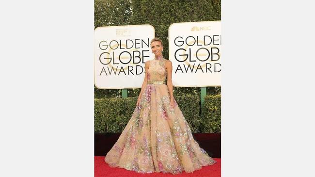 Giuliana Rancic dengan gaun berleher tinggi berwarna salem dengan embelishment bunga besar berwarna-warni. Gaun flare panjang ini merupakan desain dari desainr Lebanon Rani Zakhem couture. (REUTERS/Mike Blake)