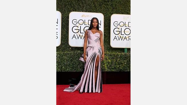 Model Naomi Campbell menggunakan gaun berdesain lipit dengan aksen one shoulder. Di bagian bawah gaunnya terdapat aksen belahan kaki yang cukup tinggi. (REUTERS/Mike Blake)