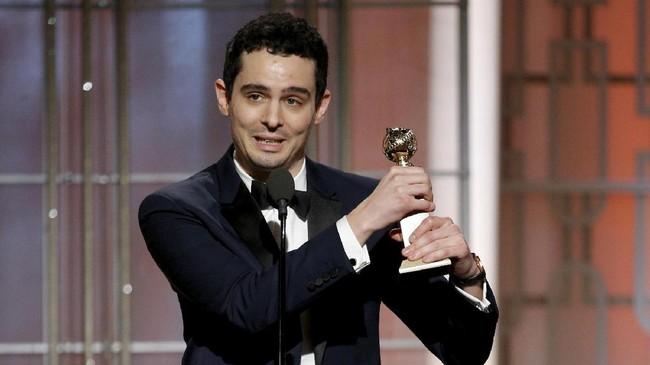La La Land juga membuat Damien Chazelle dua kali naik ke atas panggung. Pertama sebagai Skenario Terbaik dan ke-dua sebagai Sutradara Terbaik. Ia mengaku sudah enam tahun menyiapkan cerita La La Land untuk menjadi film. (Paul Drinkwater/Courtesy of NBC/Handout via REUTERS)
