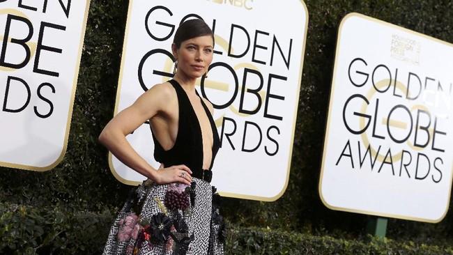 Tak ada yang bisa mengalahkan keseksian Jessica Biel di Golden Globes 2017. Istri Justin Timberlake yang menggunakan busana dari Elie Saab ini memamerkan belahan dada dan belahan kaki jenjangnya. REUTERS/Mike Blake