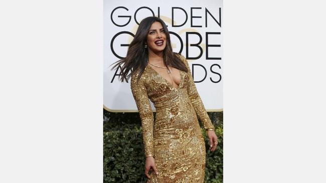 Tubuh Priyanka Chopra memang seksi. Dalam balutan gaun berwarna emas, lekuk tubuhnya makin terbentuk. Dengan belahan dada yang rendah, tampilannya di Golden Globes 2017 makin terlihat seksi. (REUTERS/Mike Blake)