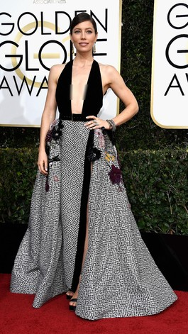 Gaun Seksi Berbelahan Dada Rendah Dominasi Red Carpet Golden Globes