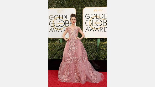 Detail bunga pink dalam gaun yang juga berwarna pink membuat gaun Lily Collins terlihat menakjubkan. Dia mengenakan gaun cantik karya Zuhair Murad. (REUTERS/Mike Blake)