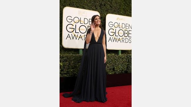Aktris sekaligus penyanyi Mandy Moore kini terlihat makin matang. Dia juga makin berani menunjukkan keseksian tubuhnya dengan menggunakan gaun hitam dengan belahan dada yang rendah. (REUTERS/Mike Blake)