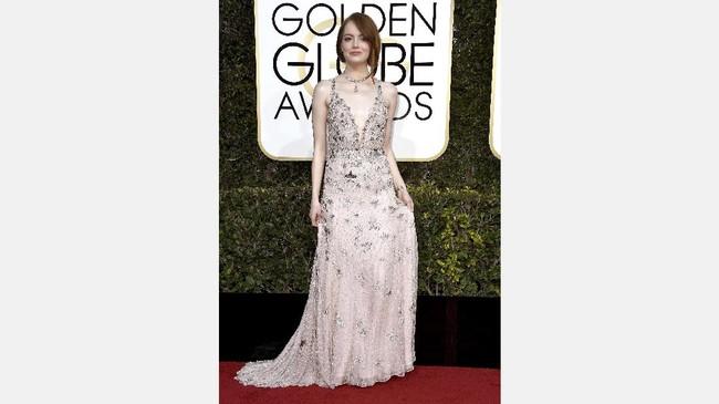 Tampil natural dengan gaun berwarna lembut nyatanya tak memudarkan pesona Emma Stone. Dia menggunakan busana dari rumah modde Valentino. (Frazer Harrison/Getty Images/AFP)