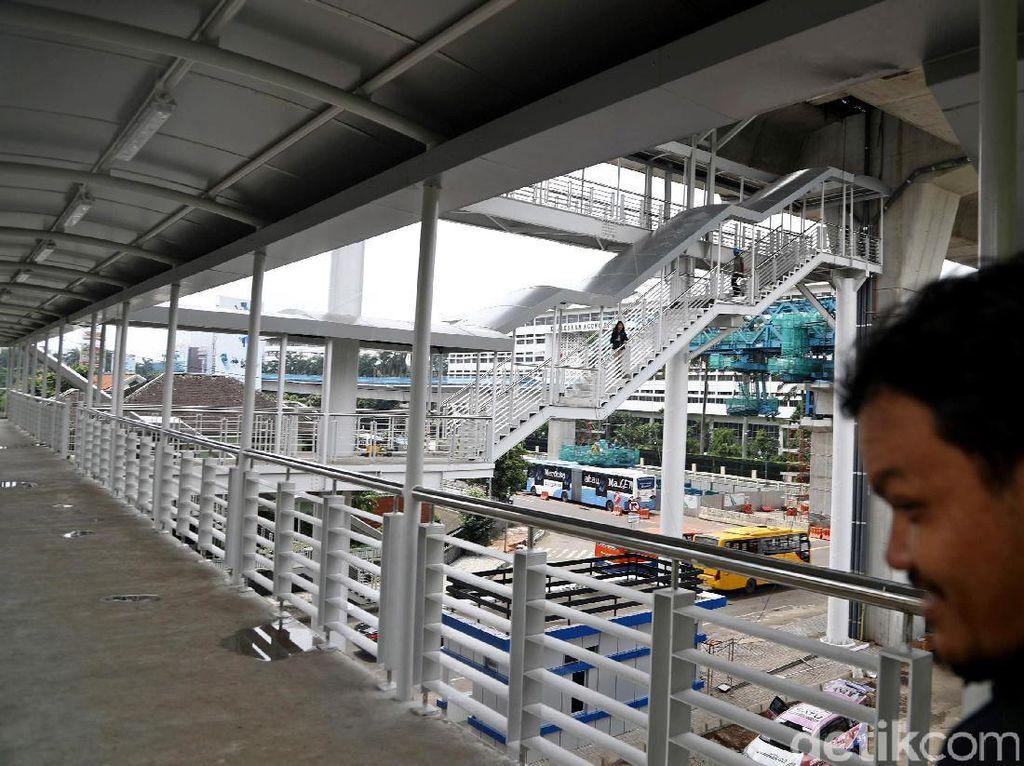 Bus TransJakarta koridor 13 rute Kapten Tendean, Mampang-Ciledug ditargetkan beroperasi pada bulan Juni 2017. Saat ini koridor bus TransJakarta sepanjang 9,3 kilometer ini masih dalam tahap penyelesaian.