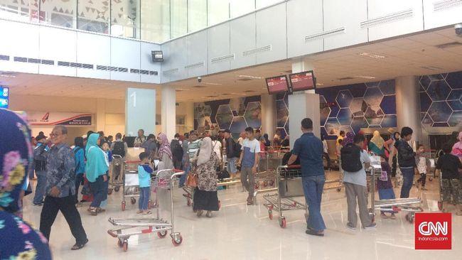 Keluarga Penumpang Lion Air JT-610 Padati Bandara Depati Amir