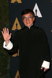 Saat syuting untuk Police Story pada tahun 1985, Jackie Chan menderita sejumlah luka termasuk patah jari, luka yang dalam pada lengan bawah, tangan yang terbakar, dan juga patah tulang belakang. Foto: Frederick M. Brown/Getty Images