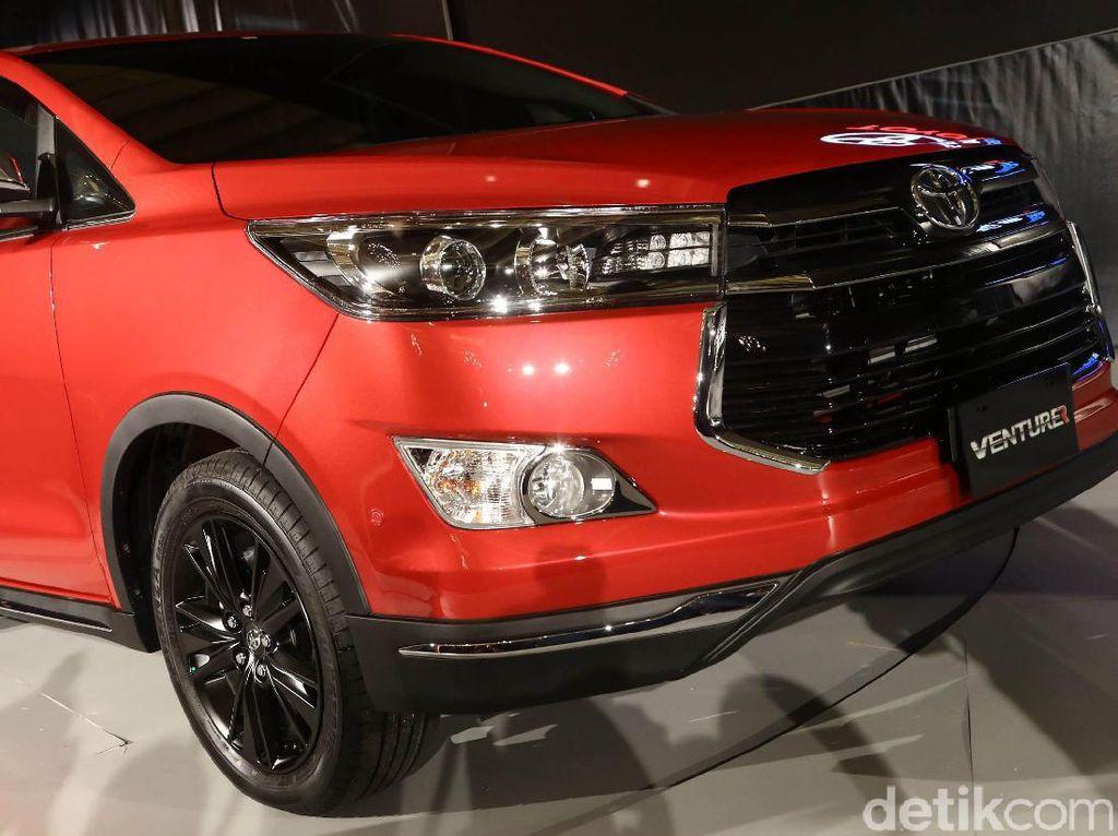 MPV Toyota innova pun tak kalah laris. Innova berada di posisi keempat mobil terlaris se-Indonesia pada April 2019. Total selama April 2019, 4.635 unit Innova terdistribusi. Foto: Grandyos Zafna