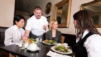 Menurut beberapa studi, gas rektal (gas yang ada dari ujung usus besar hingga anus) berasal dari udara yang tertelan saat makan dan minum. Karena itu, biasakan pola makan yang baik seperti makan dengan perlahan dan membatasi minuman bersoda. (Foto: iStock)