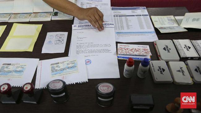 Razia WN China di Karawang, Imigrasi Temukan Buku Palu Arit