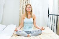 Persiapkan latihan relaksasi sejak siang atau sore sebelum masuk waktu tidur. Jangan pernah membawa perangkat ke dalam kamar meskipun tujuannya untuk memandu Anda melakukan meditasi. Jangan. Foto: Thinkstock