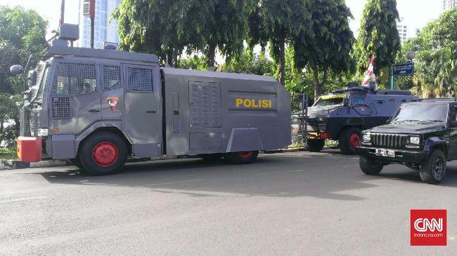 Hadapi Massa FPI, TNI dan Polri Siaga Jaga Polda Metro Jaya