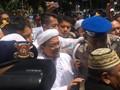 Ribuan Orang Kawal Pemeriksaan Pentolan FPI Rizieq Shihab