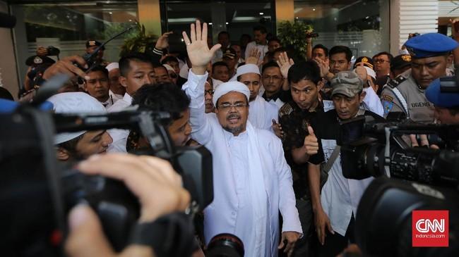 Tokoh Front Pembela Islam (FPI) Muhammad Rizieq Shihab hari ini (23/1) diperiksa penyidiki Polda Metro Jaya dalam kasus penyebutanlogo palu arit di pecahan uang rupiah tahun emisi 2016. (CNN Indonesia/Safir Makki)