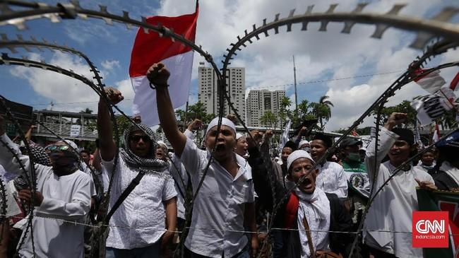 Massa bergerak dari Masjid Al Azhar, Jakarta Selatan, sekitar 1 kilometer dari Markas Polda Metro Jaya. Mereka kemudian beraksi di depan Mapolda di Jalan Jenderal Sudirman. (CNN Indonesia/Safir Makki)