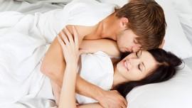 5 Manfaat Berpelukan Saat Tidur Bersama Pasangan