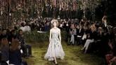Makanya, tidak heran bila Musee Rodin, yang menjadi lokasi pertunjukkan Dior, begitu kental dengan sentuhan feminin khas perempuan.