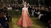 Koleksinya terlihat kontras dengan para pendahulunya di Dior, terutama Raf Simmons, yang menonjolkan garis tegas dan nafas maskulin. Jika Simmons banyak menghadirkan setelan celana panjang yang melambangkan kekuatan feminin, Chiuri justru menawarkan kelembutan dan kerapuhan wanita.