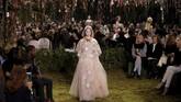 Chiuri, yang sebelumnya selama 17 tahun mengepalai rumah mode Valentino, mengatakan koleksi couture-nya terinspirasi dari taman bunga dan labirin.