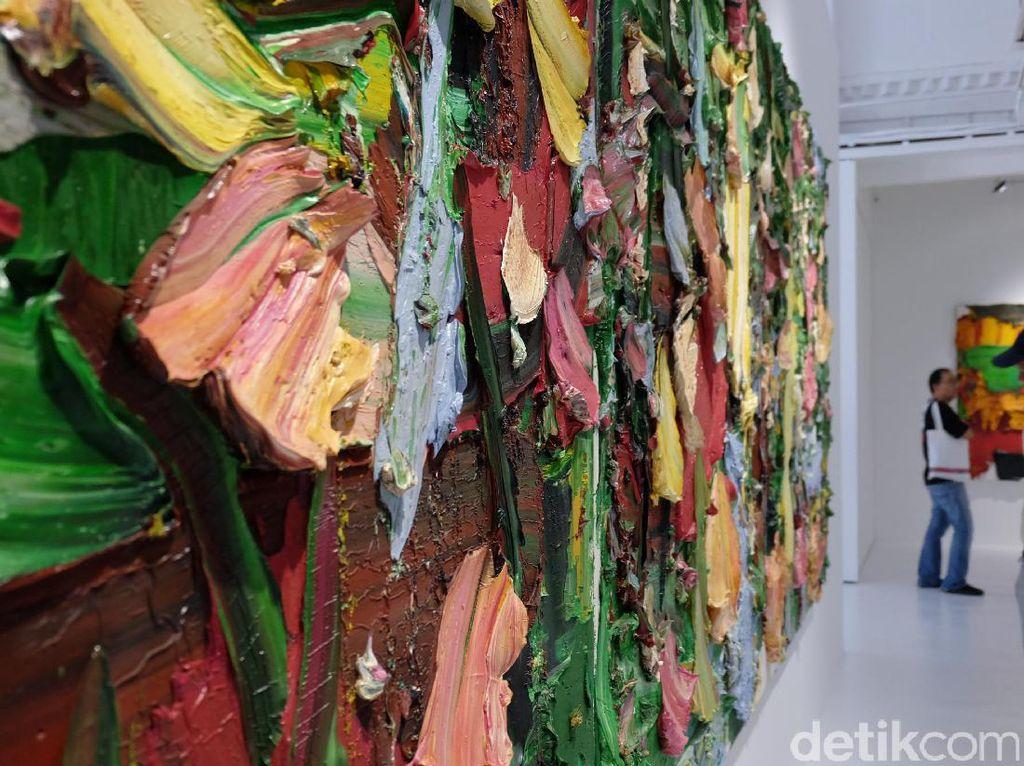 Lukisan setebal tujuh sentimeter ini terdiri dari 800 liter cat minyak berwarna hitam. Foto: Tia Agnes/detiHOT