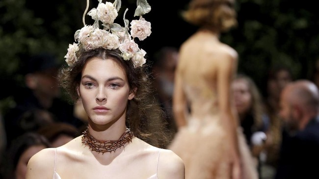 Paris boleh jadi dilanda cuaca buruk dan musim dingin berkepanjangan, tapi di panggung Dior, ada kehangatan dan kelembutan dunia fantasi berkat tangan dingin Maria Grazia Chiuri.