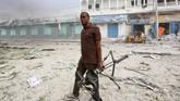 Ledakan kedua ini mengenai seorang wartawan lepas Somalia yang mengabadikan kejadian di lokasi. (REUTERS/Feisal Omar)