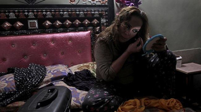 Farzana Jan, anggora komunitas transgender di Pakistan, tengah berias untuk mempersiapkan diri ikut pesat ulang tahun Shakeela, sesama transgender. (REUTERS/Caren Firouz)