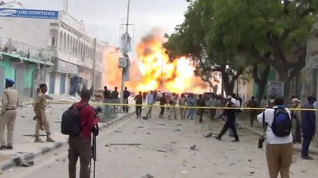 Meski benteng pertahanannya sudah direbut, Al Shabaab masih bisa melakukan serangan bom dengan kapasitas sebesar ini, sebagaimanatertangkap oleh kamera TV Reuters. (REUTERS/Reuters TV TPX IMAGES OF THE DAY).