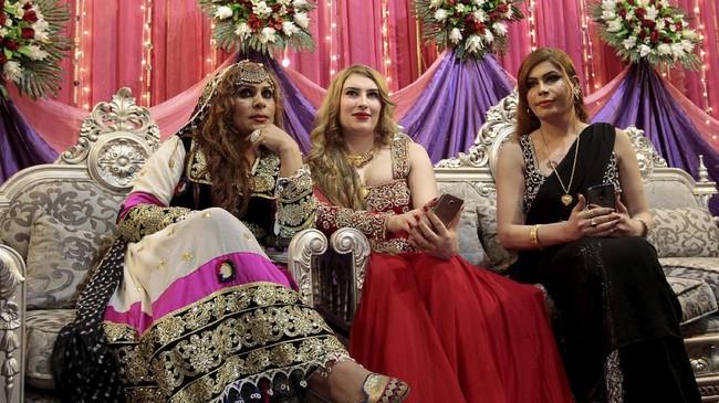 Pesta tersebut bukan hanya merayakan ulang tahun Shakeela, tapi juga momen berkumpul bagi para anggota komunitas transgender di Peshawar, Pakistan. (REUTERS/Caren Firouz)