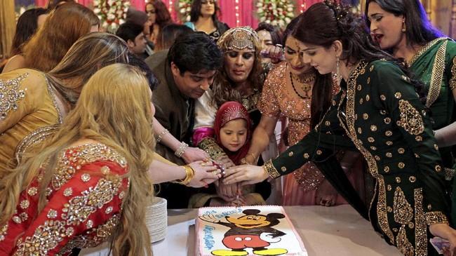 Seperti selayaknya pesta ulang tahun lainnya, dalam acara Shakeela juga ada acara potong kue. Semua tamu ikut ambil bagian dalam momen tersebut. (REUTERS/Caren Firouz)