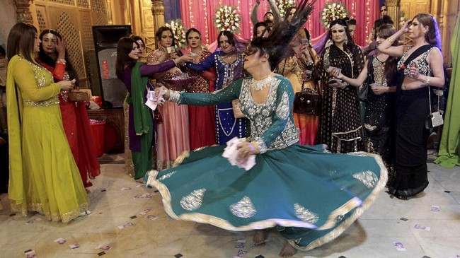 Namanya juga pesta, para tamu yang sebagian besar adalah anggota komunitas transgender memeriahkan suasana dengan menari mengikuti irama lagu. (REUTERS/Caren Firouz)