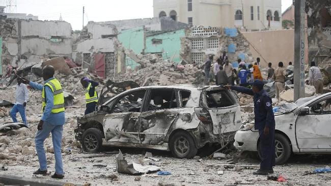 Saksi mata di sekitar lokasi menyebut ada beberapa orang yang dilarikan ke rumah sakit, tak lama setelah kejadian itu. (REUTERS/Feisal Omar)