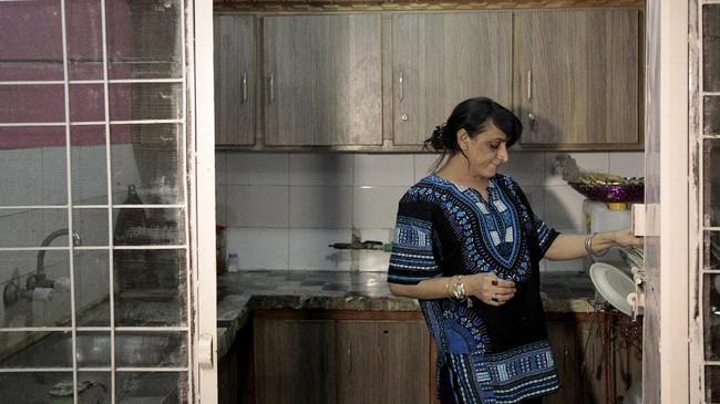 Shakeela, sang empunya pesta, adalah seorang transgender yang tinggal di Peshawar, Pakistan. Sebelum merayakan pesta ulang tahunnya, ia menyempatkan diri memasak dan bekerja seperti biasa.(REUTERS/Caren Firouz)