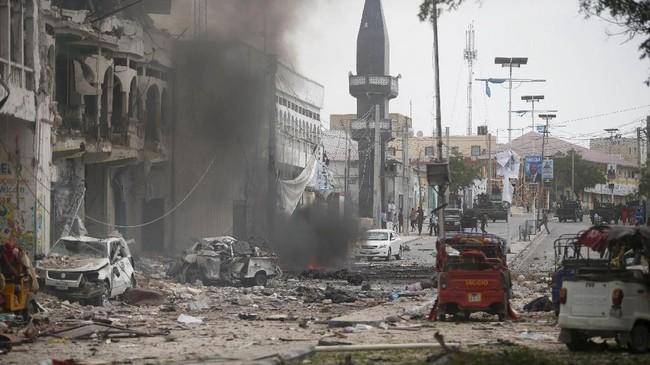 Sebuah mobil yang menabrak gerbang Hotel Dayyah, Mogadishu, Somalia meledak dan menghancurkan bangunan yang ada di sekitarnya. (REUTERS/Feisal Omar)