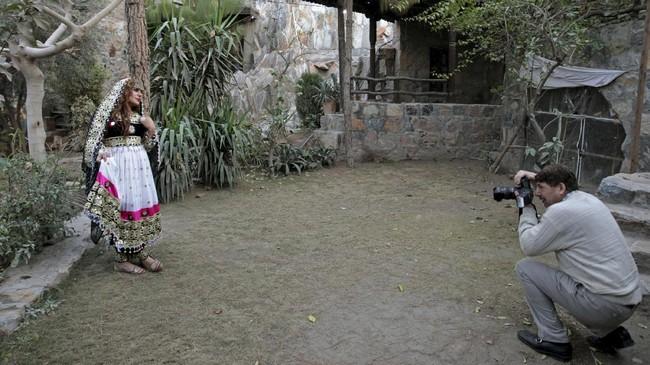 Sedangkan teman Shakeela lainnya, Farzana Jan, memanfaatkan waktu sebelum pesta untuk berpose cantik di taman. (REUTERS/Caren Firouz)