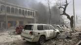 Tak lama setelah itu, terdengar suara tembakan dan ledakan dari dalam hotel.REUTERS/Feisal Omar