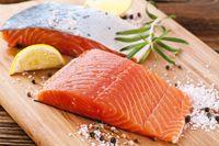 Makan ikan salmon minimal 2 kali seminggu sangat dianjurkan untuk mengurangi risiko pikun. Salmon tinggi kandungan asam lemak omega-3 yang bermanfaat untuk mengurangi peradangan dan penyumbatan plak di pembuluh darah. (Foto: Thinkstock)