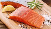 Makanan kaya omega 3, misalnya ikan salmon, sarden, makarel dan biji flax mengandung anti peradangan sehingga baik untuk dikonsumsi bagi orang dengan asam urat. (Foto: iStock)
