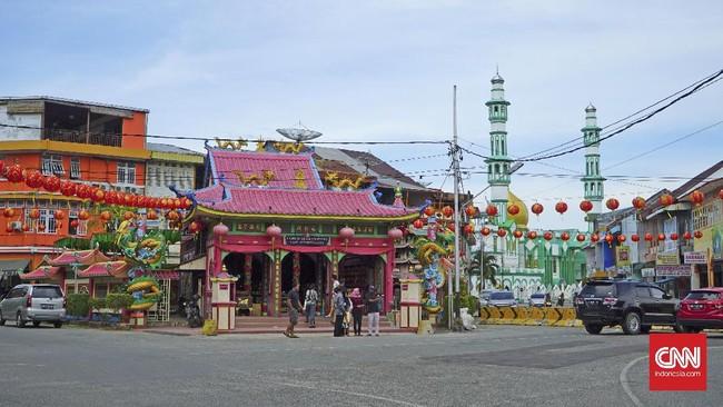 Vihara Tri Dharma Bumi Raya adalah salah satu vihara tertua di Singkawang. Vihara ini menjadi ikon di Kota Singkawang.