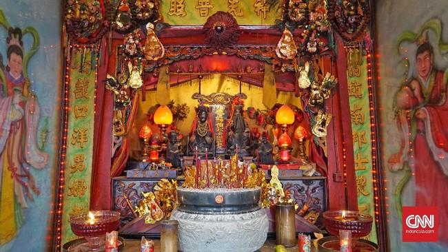 Saat kebakaran melanda kota Singkawang di tahun 1930, Vihara Tri Dharma Bumi Raya juga ikut hangus terbakar. Dan baru tiga tahun kemudian dibangun lagi.